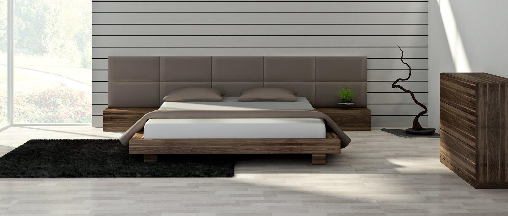 łóżko Drewniane Z Tapicerowanym Wezgłowiem I Stolikami Nocnymi